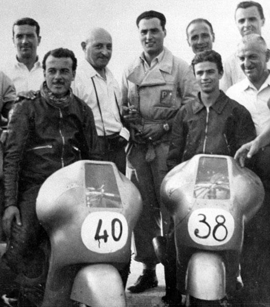 1950 Coppa città di Peruglia. Cau sulla Vespa n. 38 e dietro, con camicia bianca, Corradino D'Ascanio