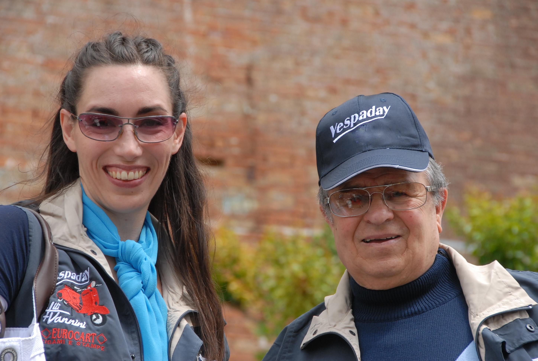 Giuseppe Cau e Vanessa durante un tour in Vespa
